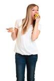 Frau, die Apfel über Hauch wählt Lizenzfreie Stockfotos