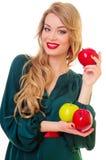 Frau, die Apfel anhält Stockfoto