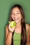 Frau, die Apfel isst Lizenzfreie Stockfotos
