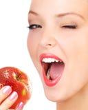 Frau, die Apfel isst. lizenzfreie stockbilder