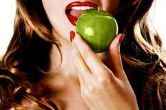 Frau, die Apfel isst stockfotos