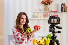 Frau, die Apfel und Pfeffer hält stockfotografie