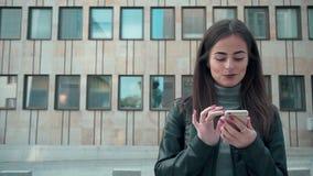 Frau, die APP auf lächelndem und simsendem Smartphone verwendet stock video