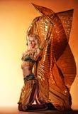 Frau, die arabischen Tanz durchführt stockfoto