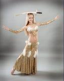 Frau, die arabischen Tanz mit Säbel durchführt stockfotos