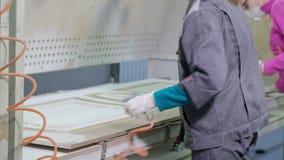 Frau, die Arbeitskraft macht den Effekt vom Altern von Türen Produktion von Innentüren vom Holz stock video