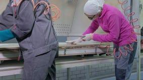 Frau, die Arbeitskraft macht den Effekt vom Altern von Türen Produktion von Innentüren vom Holz stock video footage