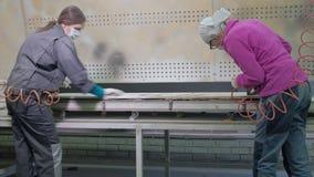 Frau, die Arbeitskraft macht den Effekt vom Altern von Türen Produktion von Innentüren vom Holz stock footage