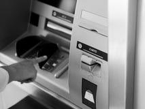Frau, die ATM-Geldautomaten verwendet Lizenzfreies Stockbild