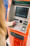 Frau, die ATM-Registrierkasse verwendet lizenzfreies stockbild