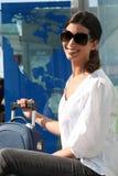 Frau, die außerhalb eines Flughafens wartet Stockfotos