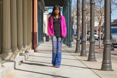 Frau, die auf Bürgersteig geht Lizenzfreies Stockbild