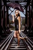 Frau, die auf Bahnstrecken aufwirft stockfotografie