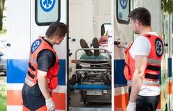 Frau, die auf Bahre im Krankenwagen liegt Stockbild