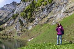 Frau, die auf Bergen wandert stockbilder