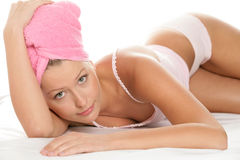 Frau, die auf Bett liegt Stockfoto