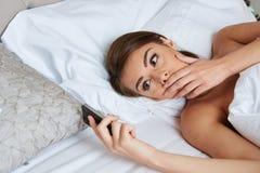 Frau, die auf Bett liegt Lizenzfreies Stockbild
