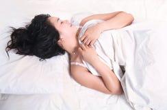 Frau, die auf Bett schläft Stockbilder