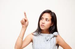 Frau, die auf Bildschirm sich berührt Stockfotografie