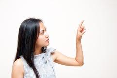 Frau, die auf Bildschirm sich berührt Lizenzfreie Stockbilder