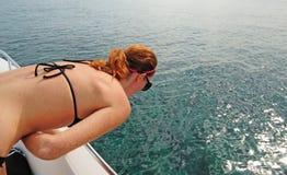 Frau, die auf Boot seekrank erhält Stockfotos