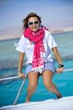 Frau, die auf Boot sich entspannt Lizenzfreie Stockbilder