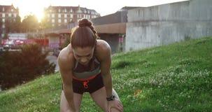 Frau, die auf Brücke überspringt stock video footage