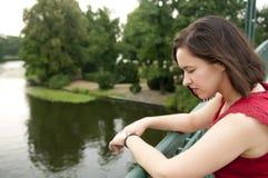 Frau, die auf Brücke steht Stockfotos