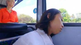 Frau, die auf Bus 4k sich entspannt stock footage