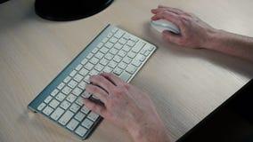 Frau, die auf Computertastatur schreibt stock footage