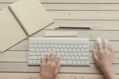 Frau, die auf Computertastatur schreibt Stockfoto