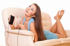 Frau, die auf Couch sich entspannt Stockfoto