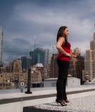 Frau, die auf Dachspitze steht Lizenzfreie Stockfotos