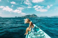 Frau, die auf das Boot in Asien reist stockfotos