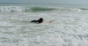 Frau, die auf das Meer 4k surft stock video