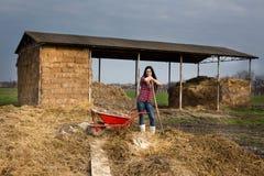Frau, die auf dem Ackerland stillsteht Lizenzfreies Stockfoto