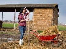 Frau, die auf dem Ackerland stillsteht Stockfotos