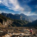 Frau, die auf dem Berg steigt Lizenzfreie Stockbilder
