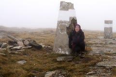 Frau, die auf dem Berg wandert stockfoto
