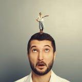 Frau, die auf dem überraschten Mann steht Lizenzfreie Stockfotos
