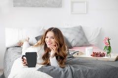 Frau, die auf dem Bett liegt Lizenzfreies Stockfoto