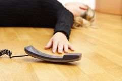 Frau, die auf dem Boden unbewusst liegt lizenzfreie stockbilder