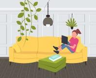 Frau, die auf dem Couchmädchen verwendet Wohnungshauptentwurf des zeitgenössischen Wohnzimmers des Laptops den Innenmodernen flac stock abbildung