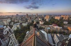 Frau, die auf dem Dach des modernen Gebäudes in Kiew, Ukraine seatting ist Stockbild