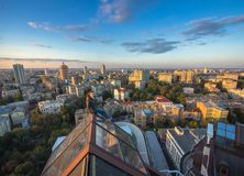 Frau, die auf dem Dach auf dem modernen Gebäude in Kiew, Ukraine seatting ist Stockbilder