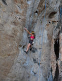 Frau, die auf dem Felsenwegsommer klettert Stockbilder