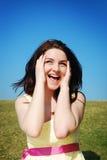 Frau, die auf dem Gebiet lacht Stockfoto