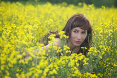 Frau, die auf dem Gebiet sich versteckt Stockfotos