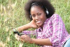 Frau, die auf dem Gras liegt stockfotografie