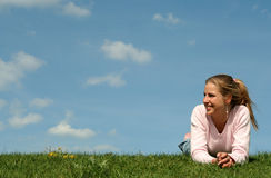 Frau, die auf dem Gras liegt Lizenzfreies Stockfoto